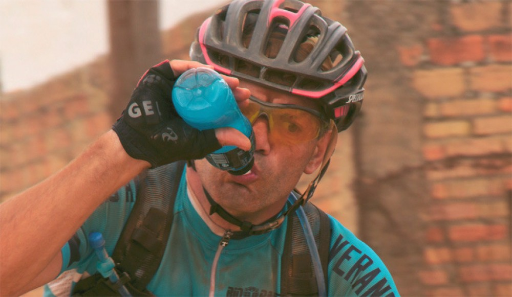 agua-bebida-isotonica-ciclismo