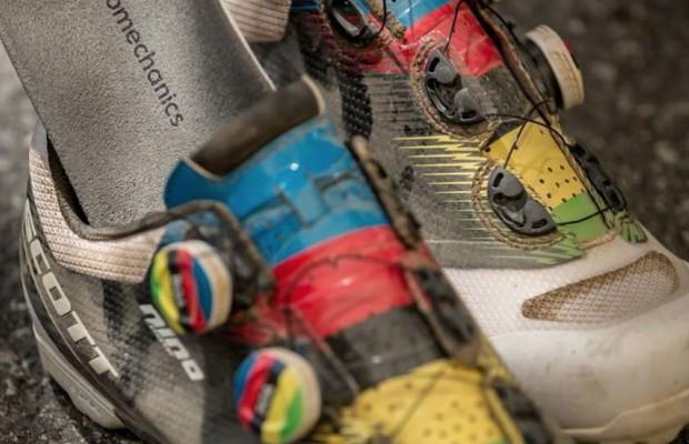 Las zapatillas personalizadas, por dentro y por fuera, de Nino Schurter