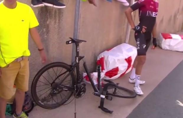 Moscón partió su bicicleta en una caída en bloque del Team Ineos