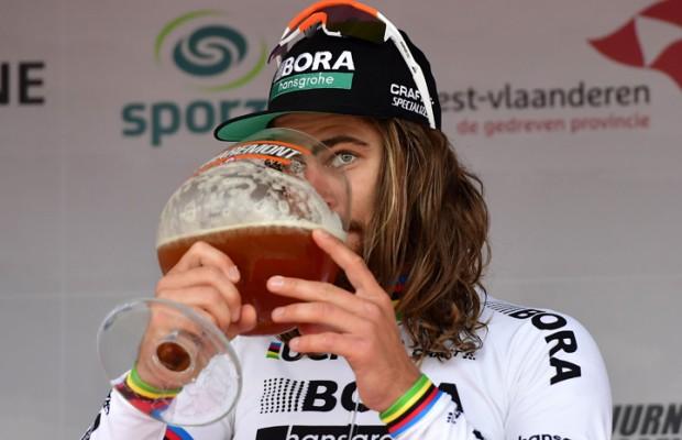 Antes se bebía cerveza, vino y chocolate caliente para ganar el Tour de Francia