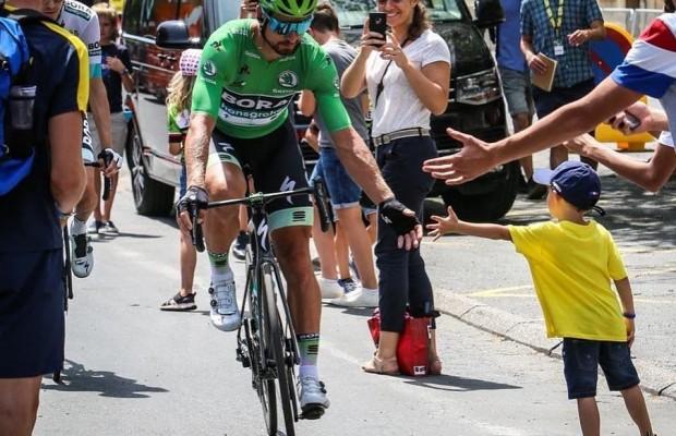 Peter Sagan firma autógrafos en mitad de la subida al Tourmalet