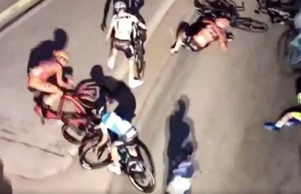 El ciclismo aprende lo peor del fútbol. Un ciclista finge una caída en plena carrera