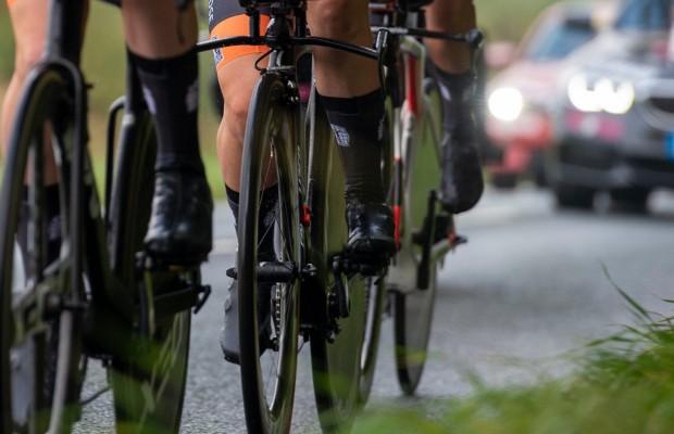 Así mide y corrige la UCI la altura de calcetines antes de una competición