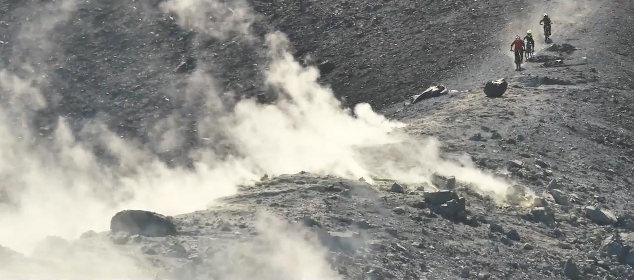 niños descienden volcan en mtb