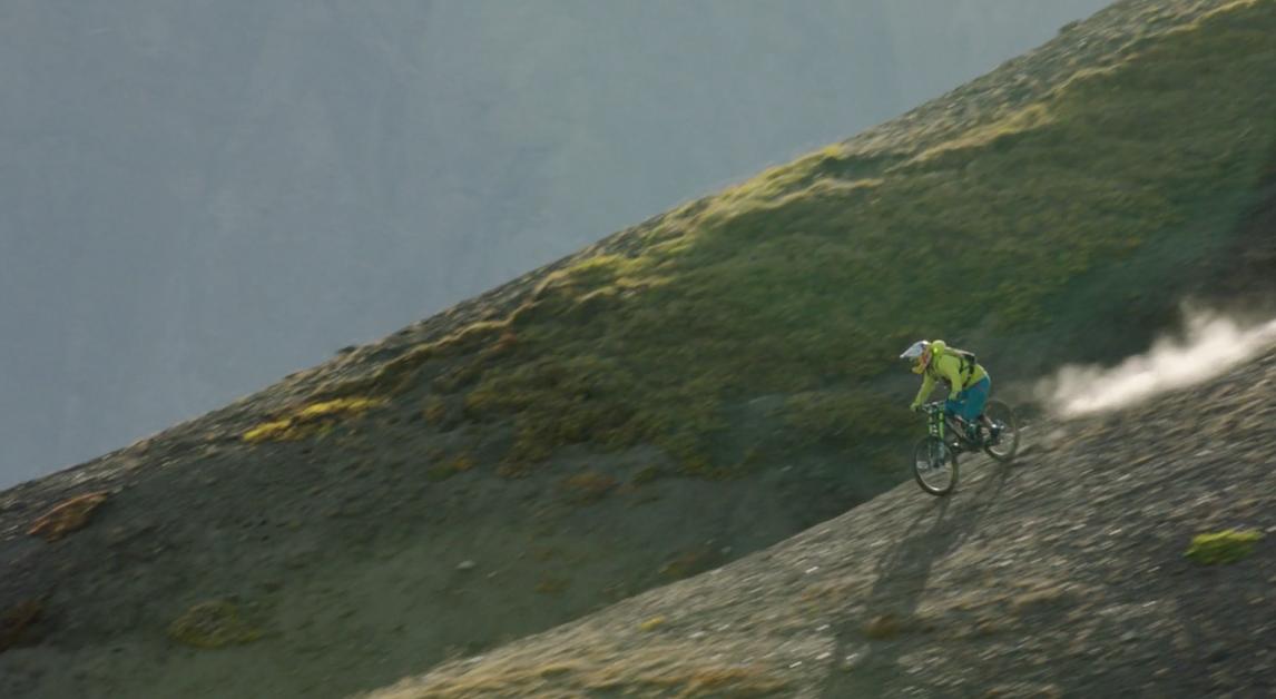 Si este fin de semana no tenías ninguna película para ver, estás de suerte. RedBull ha presentado esta semana Riding the Tatshenshini, una película de 42 minutos donde se narra la expedición de 4 de los mejores bikers de freeride a través del río Tatshenshini. El documental transcurre por una de las zonas más salvajes del norte de Canadá y enfrenta cara a cara el mountain bike y a la naturaleza salvajes.   Riding the Tatshenshini película completa  En este documental los protagonistas son Wade Simmons, Darren Berrecloth, Tyler McCaul y Carson Storch, y el escenario donde tiene lugar es el parque wilderness Tatshenshini-Alsek. Este inmenso lugar de montañas, glaciares y bosque está adornado con los fenómenos metereológicos más impredecibles y el propio equipo de ciclistas afirmó que era un entorno muy exigente. De hecho el guía del grupo ya les había avidado que el Tatshenshini es implacable y se ha cobrado la vida más de una persona.  El viaje comienza en Dalton Post, Yukón y llega hasta los glacieraes de bahía Dry, en Alaska, donde está la capa de hielo de origen no polar más grande del mundo.  En Riding the Tatshenshini queda patente el anhelo de aventura que tienen muchos ciclistas de mountain bikes y la necesidad de rodar por sitios nuevos y salvajes.