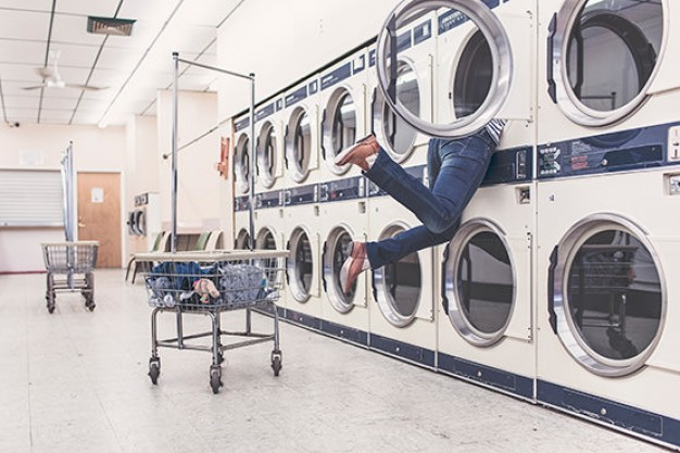 Mujer lavanderia ropa ciclista