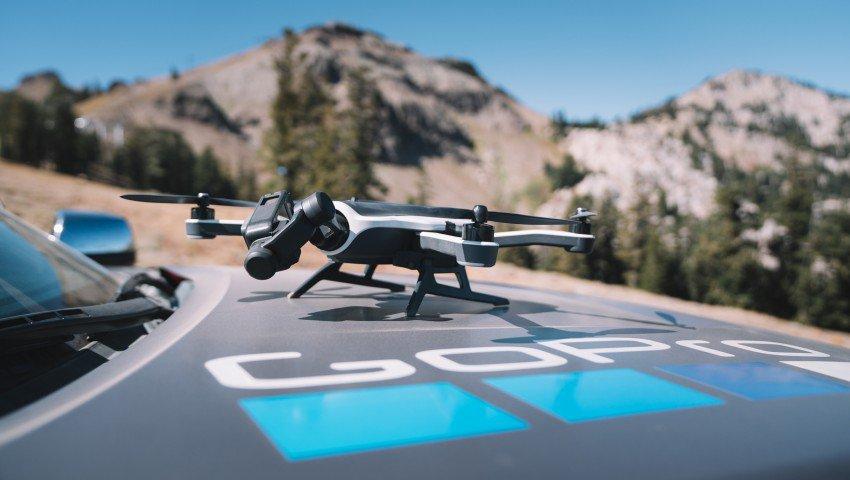 Un drone cae sobre un pelotón de ciclistas
