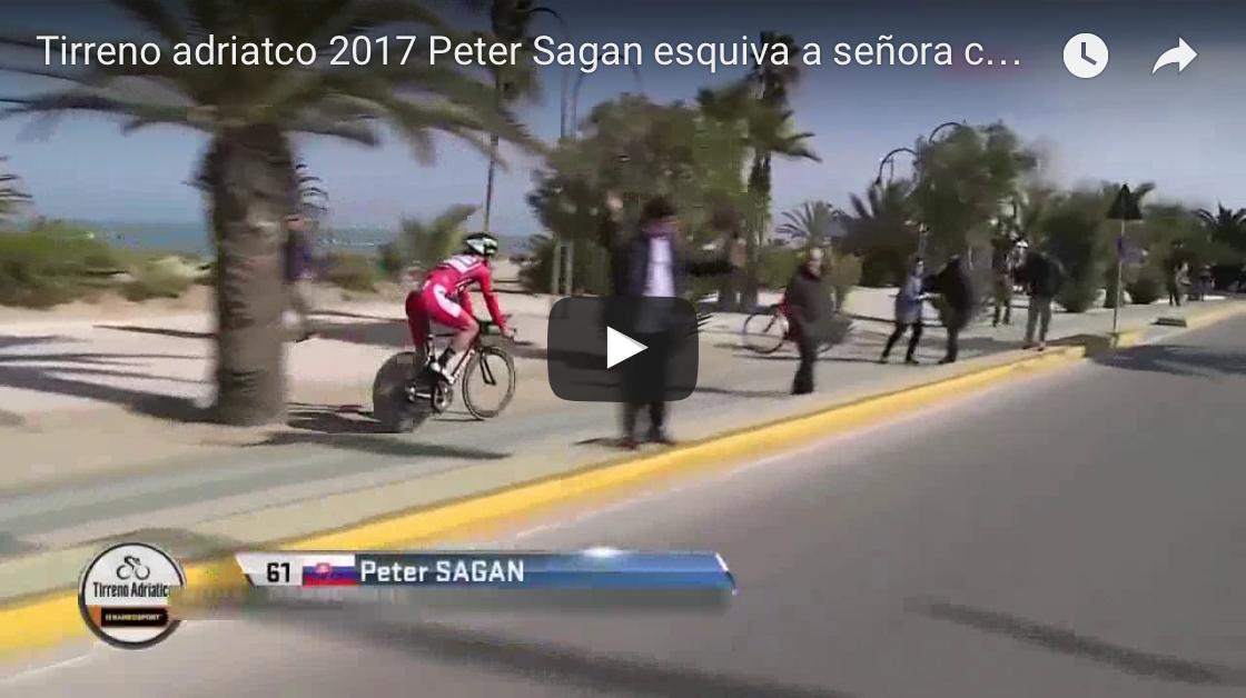 Peter Sagan tuvo que esquivar a una señora paseando al perro ¡En plena contrarreloj!