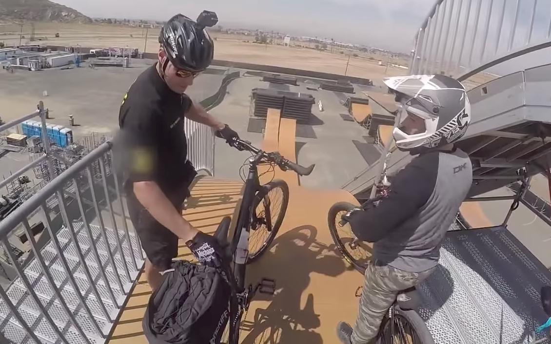 Un policía en bici se atreve a saltar en una rampa gigante